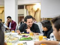 ولي العهد يشارك مجموعة من الأيتام تناول الإفطار