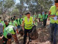 """ولي العهد يشارك مجموعة من الشباب المتطوعين في الحملة الوطنية للنظافة العامة وحماية البيئة """"بلدك بيتك"""""""