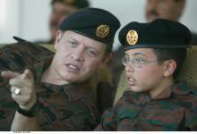 جلالة الملك عبدالله الثاني وسمو الأمير الحسين، ولي العهد، يتابعان تمرينا عسكريا