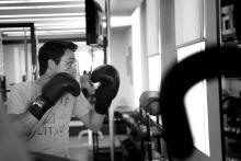 سمو الأمير الحسين بن عبدالله الثاني، ولي العهد، خلال ممارسة تمرينات رياضة الملاكمة