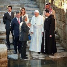جلالة الملك عبدالله الثاني وجلالة الملكة رانيا العبدالله وسمو الأمير الحسين، ولي العهد، خلال زيارة، بابا الفاتيكان فرانسيس الأول إلى مغطس السيد المسيح ـ أيار ٢٠١٤