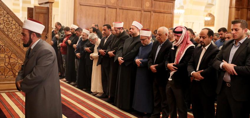 Crown Prince joins worshippers for Friday prayer at King Hussein Mosque