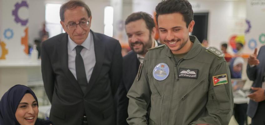 ولي العهد يحضر جانبا من مسابقة الأمن السيبراني ويسلم الجوائز للفائزين