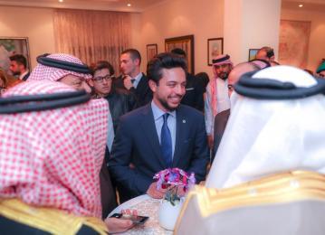 ولي العهد يلتقي مجموعة من أبناء الجالية الأردنية في البحرين وشباب يمثلون مبادرة حقق